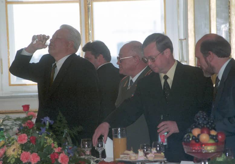 Президент России Борис Ельцин (слева), министр обороны России Игорь Сергеев (второй слева), председатель правительства России Сергей Степашин (второй справа) и глава президентской администрации Александр Волошин (справа) во время приема выпускников военных Академий в Кремле, 1999 год