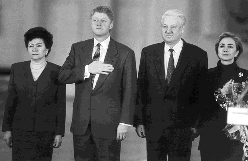 Президент США Билл Клинтон (второй слева), президент России Борис Ельцин (второй справа) и супруги президентов Наина Ельцина (слева) и Хилари Клинтон (справа).