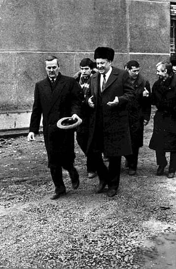 Мэр Санкт-Петербурга Анатолий Собчак (слева) и президент России Борис Ельцин (в центре) во время посещения Кировского завода.