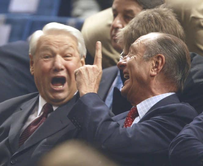Борис Ельцин (слева) и президент Франции Жак Ширак (справа) на трибуне во время финального теннисного матча Кубка Дэвиса, 2002 год