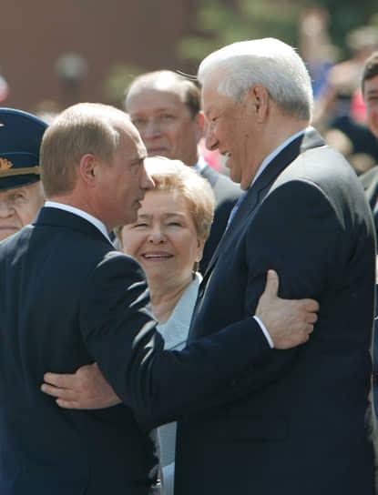 Президент России Владимир Путин (слева) и первый Президент России Борис Ельцин (справа) с супругой Наиной (в центре) на торжественных мероприятиях на Красной площади, посвященных Дню России, 2004 год