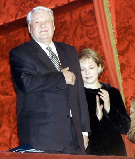 Первый президент России Борис Ельцин и его дочь Татьяна (справа) приветствуют элиту в Большом театре, 2000 год