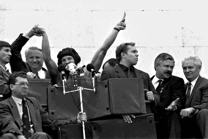 Митинг у Белого дома в августе 1991 года в поддержку передачи государственной власти Борису Ельцину (второй слева),  Александр Руцкой (второй справа)