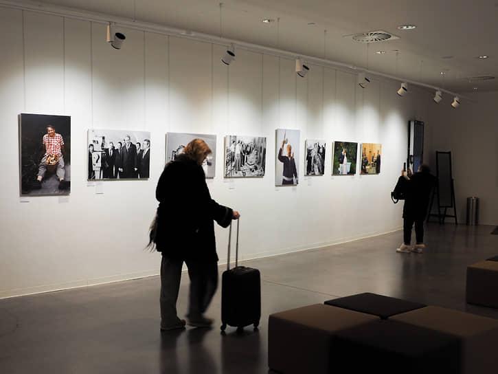 В фойе кино-конференц-зала Ельцин Центра открылась фотовыставка «Борис Ельцин: в галстуке и без», посвященная его повседневной жизни.