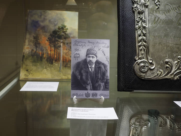 Портрет Мамина-Сибиряка, сзади картина Денисова-Уральского