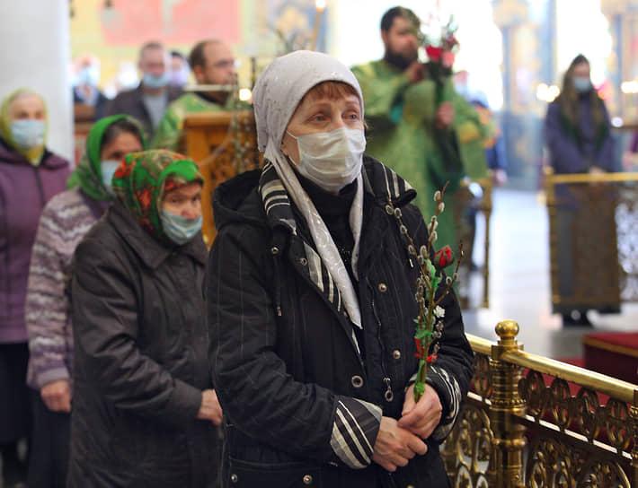 Вербное воскресенье в Свято-Троицком кафедральном соборе в Екатеринбурге во время карантина