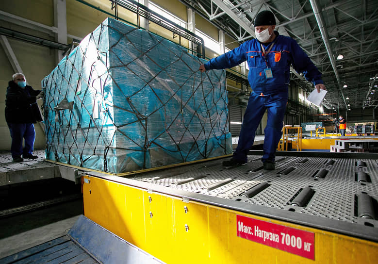 Разгрузка самолета с первой частью гуманитарного груза, сформированного по инициативе РМК, в аэропорту Кольцово