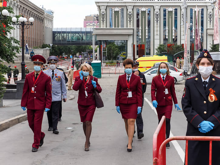 Военный парад на площади 1905 года, посвященный 75-й годовщине Победы в Великой Отечественной войне. Сотрудники Роспотребнадзора перед началом парада.
