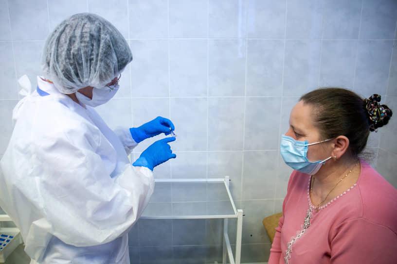Начало вакцинации от коронавирусной инфекции COVID-19 работников медицинских и образовательных организаций. Прививочный пункт областной больницы №2
