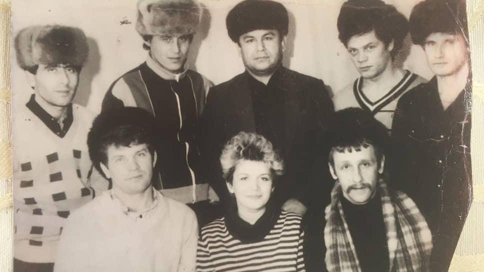 Михаил Акопян (Крест, стоит второй слева) был близок к Владимиру Колупайло (Северенок, сидит первый слева)