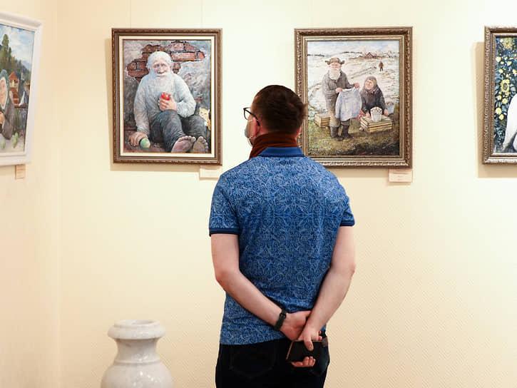 С 1987 год -- свободный художник. Живет в Первоуральске.