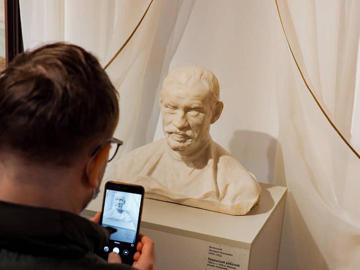 Через предметы советской коллекции можно проследить историю самой Свердловской картинной галереи (сейчас Екатеринбургский музей изобразительных искусств), образованной в 1936 году