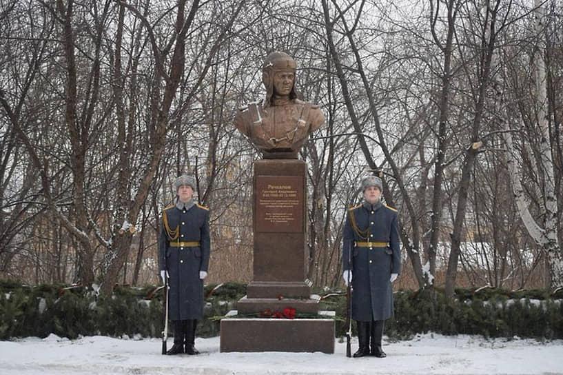Бюст дважды герою Советского Союза Григорию Речкалову в поселке Бобровский Сысертского городского округа