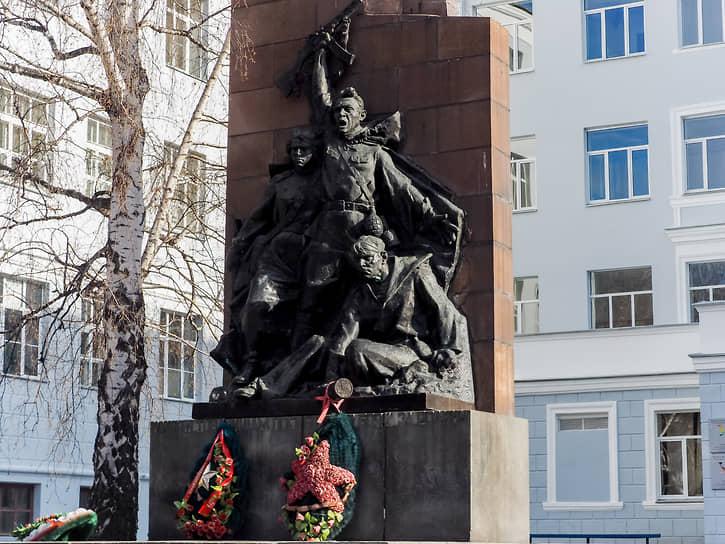 Памятник студентам Уральского политехнического института (УПИ), погибшим на фронтах Великой Отечественной войны. Екатеринбург