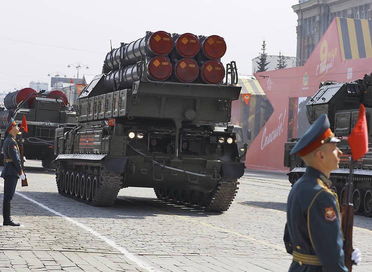 """Зенитно-ракетный комплекс (ЗРК) """"Бук-М3"""" во время парада"""