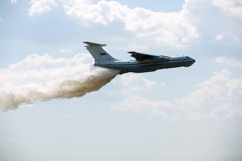 Над трассой пролетел самолет Ил-76, который сбросил на полигон 42 тонны воды. Это необходимо, чтобы снизить запыленность маршрута