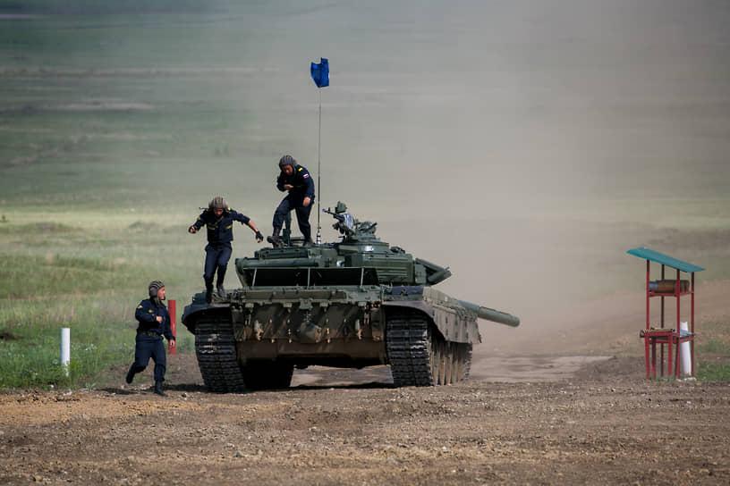 В состязаниях участвуют лучшие танковые взводы Западного, Южного, Центрального и Восточного военных округов, Воздушно-десантных войск, Казанского высшего танкового командного училища, Московского и Дальневосточного высших общевойсковых командных училищ