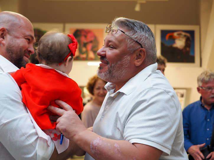 Антон Баков с внучкой
