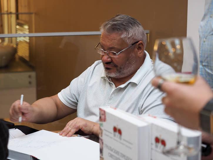Антон Баков подписывает книги