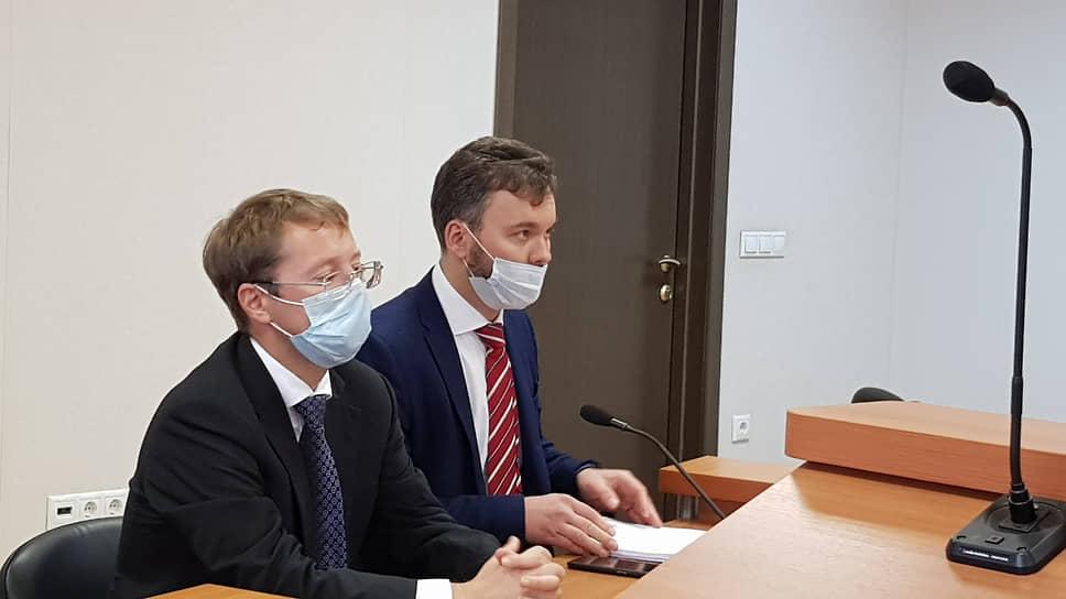 Депутат Госдумы Лев Ковпак (слева) на заседании Арбитражного суда Свердловской области