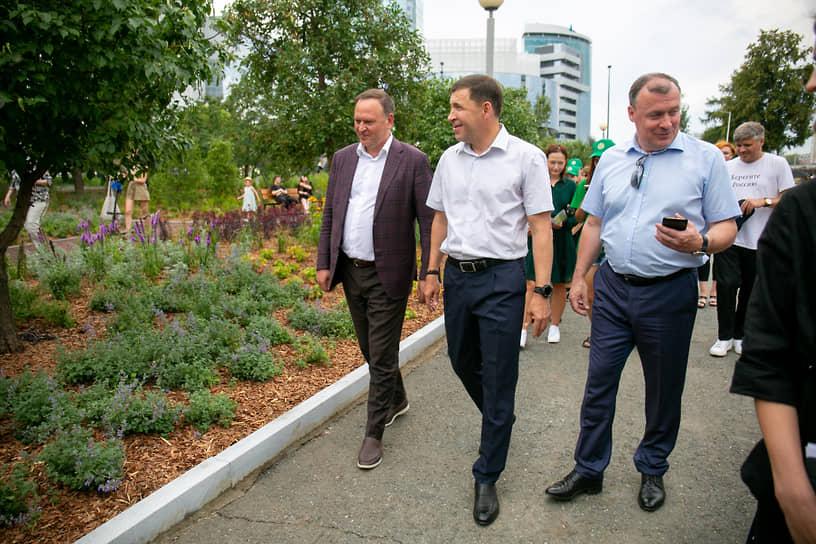 Губернатор Евгений Куйвашев и мэр Алексей Орлов осматривают Сад трав