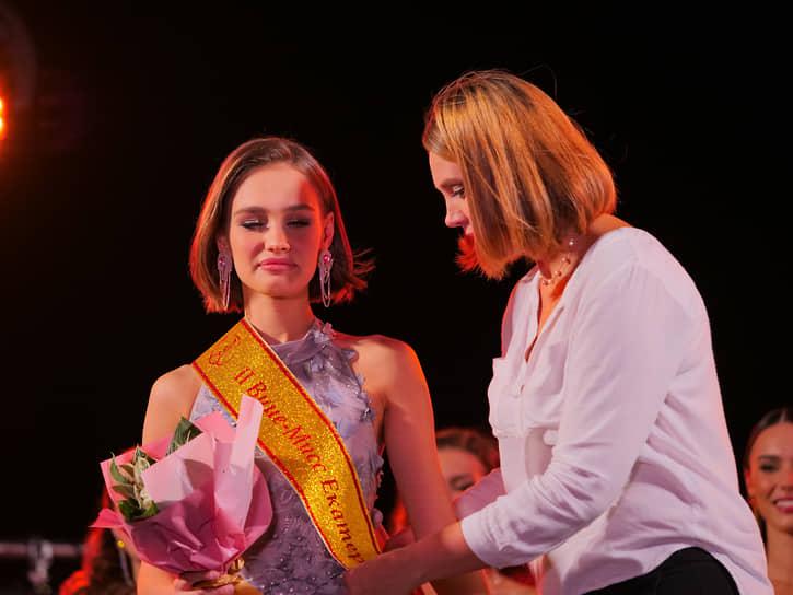 Вторая вице-мисс Екатеринбург-2021 Василиса Новоселова (слева)