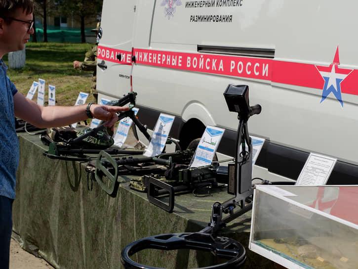 Экспозиция военного оборудования, обмундирования, вооружений