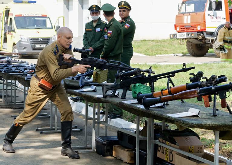 """Экспозиция военного оборудования, обмундирования, вооружений в парке """"Патриот"""""""
