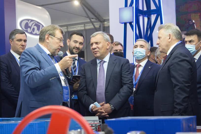 Вице-премьер РФ Юрий Борисов осматривает стенды