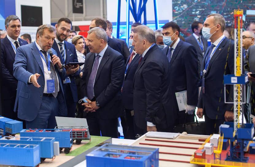 Заместитель председателя правительства России Юрий Борисов осматривает стенды