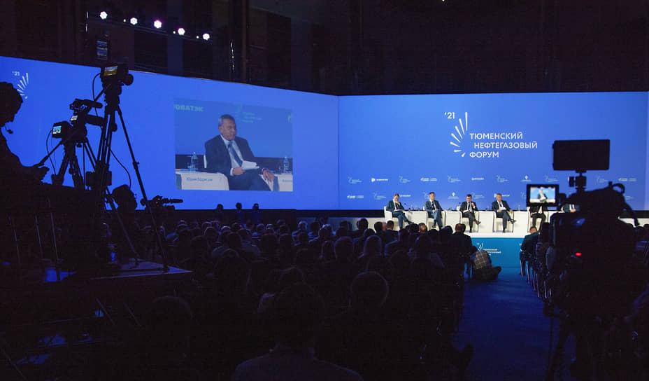"""Главная пленарная сессия """"Новая промышленная политика: мир в эпоху глобальных изменений""""."""