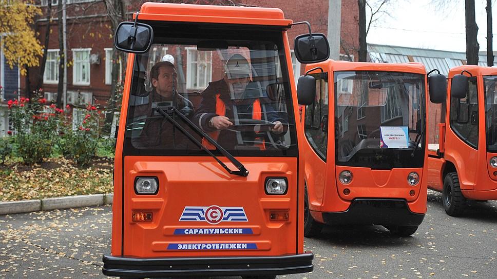 Главный жилищный инспектор РФ Андрей Чибис в электромобиле, разработанном СЭГЗ и ИжГТУ