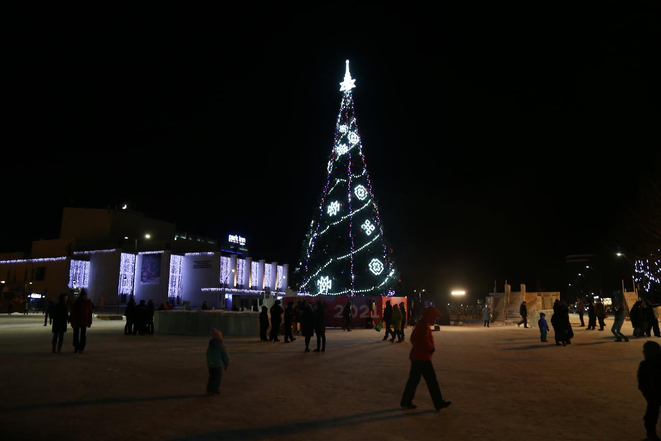 19 декабря на Центральной площади Ижевска включили иллюминацию на главной городской елке
