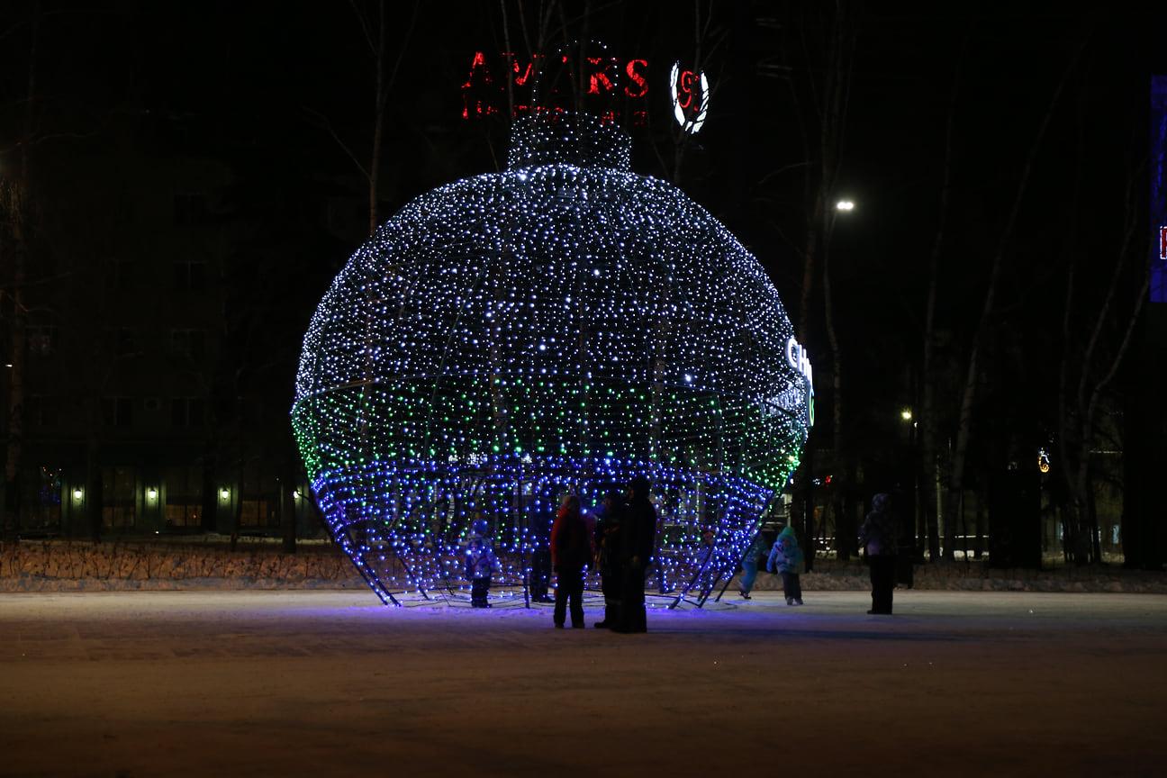 На Центральной площади новогоднее настроение создает световое оформление, праздничная музыка, работают ярмарочные домики