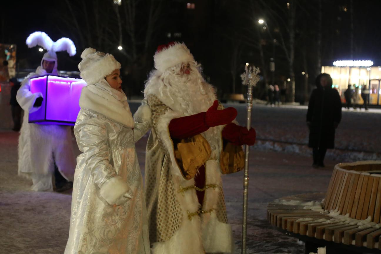 Интермедией около елки с участием Деда Мороза, Снегурочки и сказочных персонажей было положено начало новогодним мероприятиям в столице Удмуртии