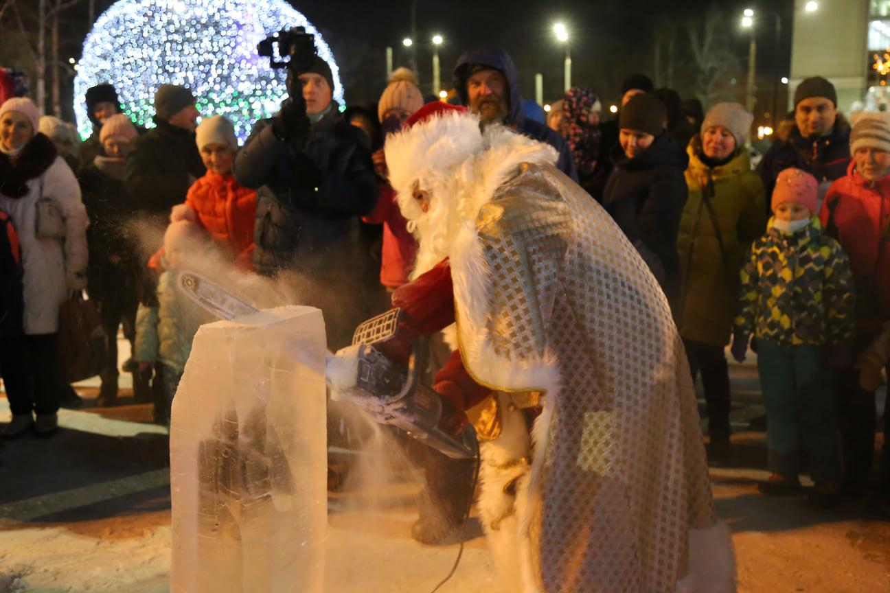 Дед Мороз, вооружившись электропилой, внес свою лепту в строительство ледовых скульптур, чтобы городок появился здесь как можно быстрее