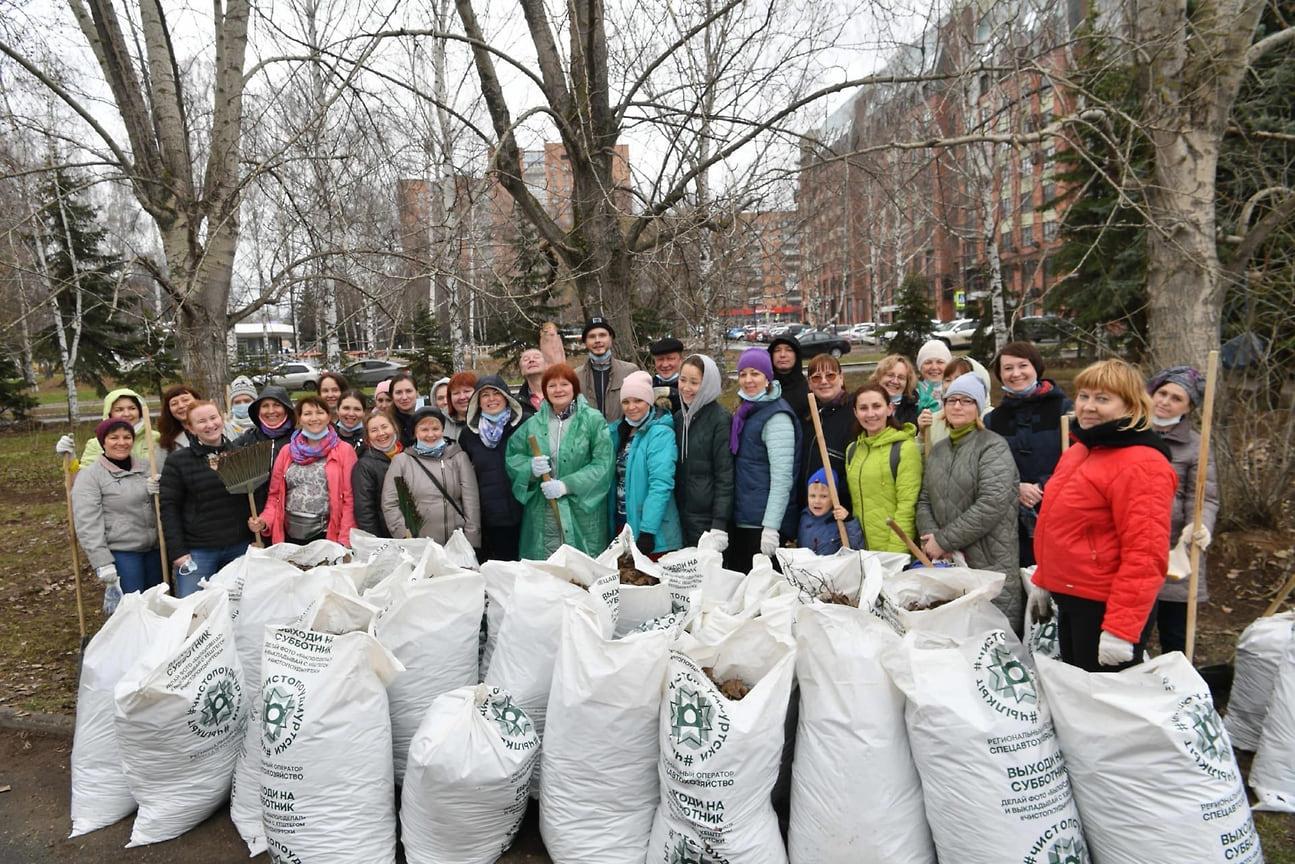 Кроме того, в уборке этой территории приняли участие министр образования региона Светлана Болотникова и коллектив ведомства.