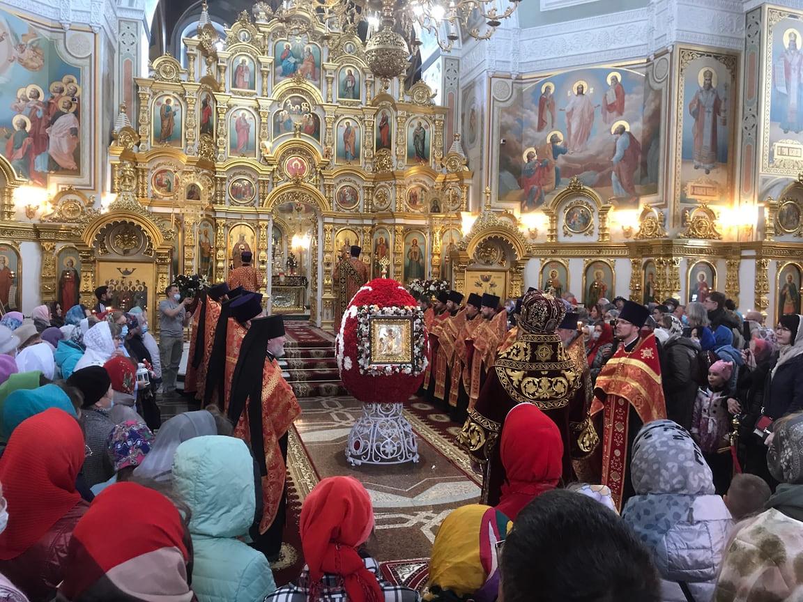 2 мая в Михаило-Архангельский кафедральный собор в Ижевске доставили Благодатный огонь из Иерусалима.