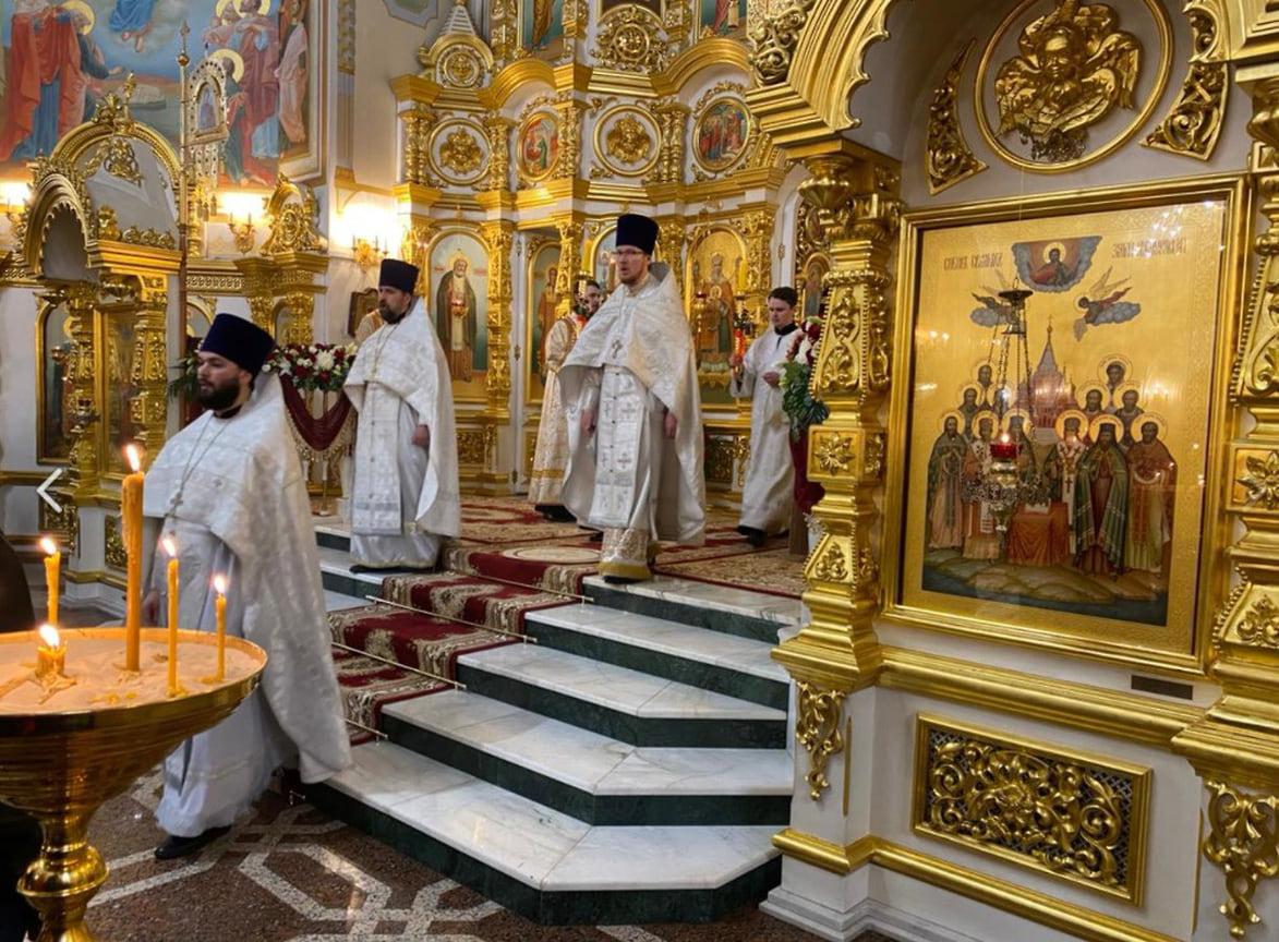 За литургией было зачитано пасхальное послание Патриарха Московского и всея Руси Кирилла, а затем совершено освящение пасхального хлеба.
