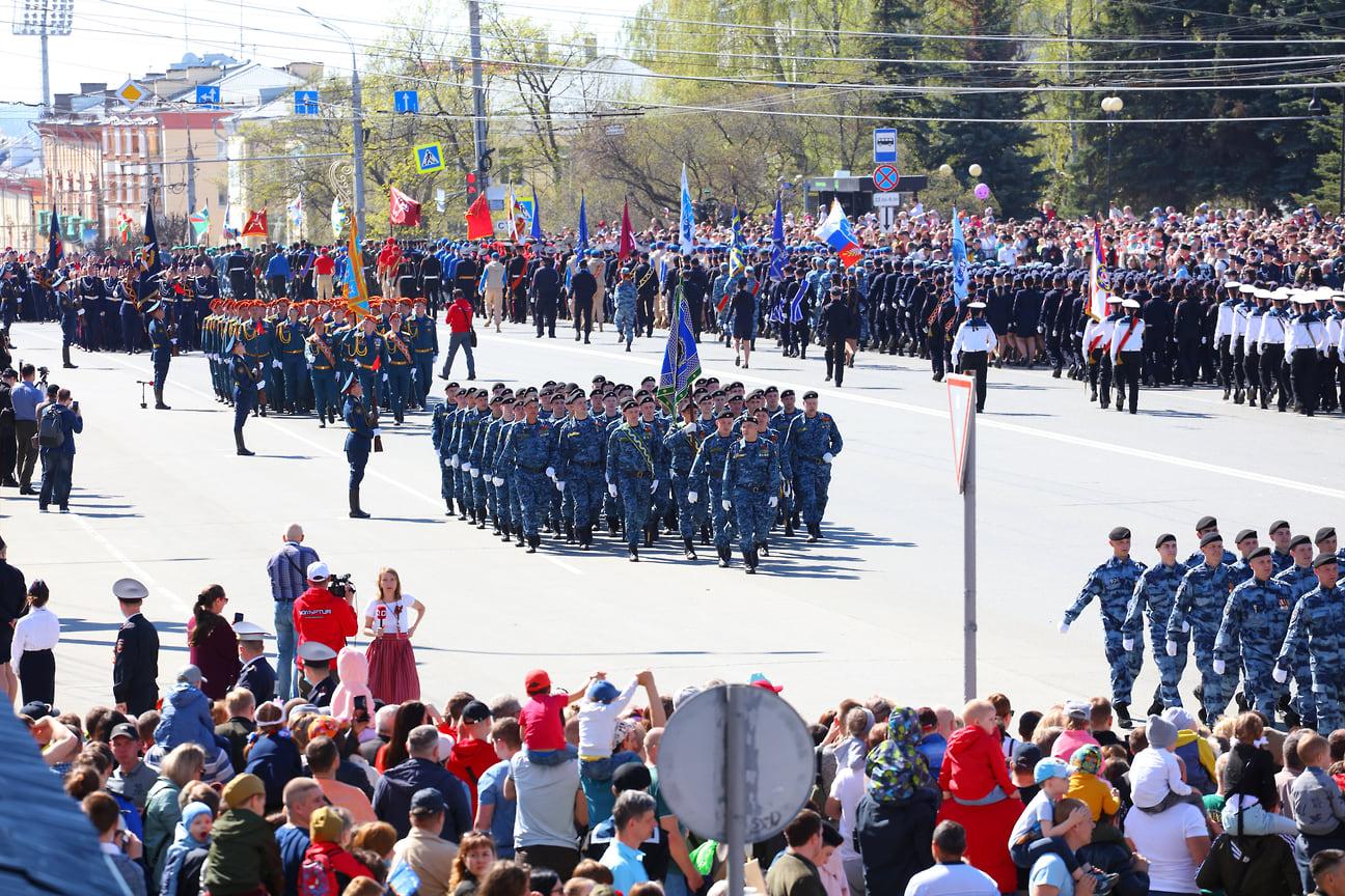 В пешей части парада приняли участие более 1,8 тыс. человек.