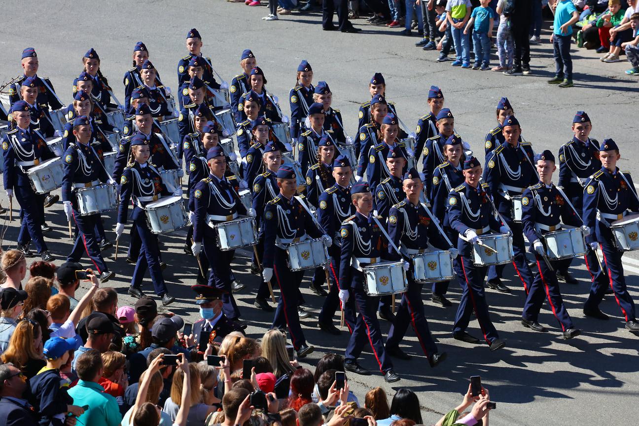По традиции парад открыли барабанщики Колледжа государственной и муниципальной службы в Ижевске.