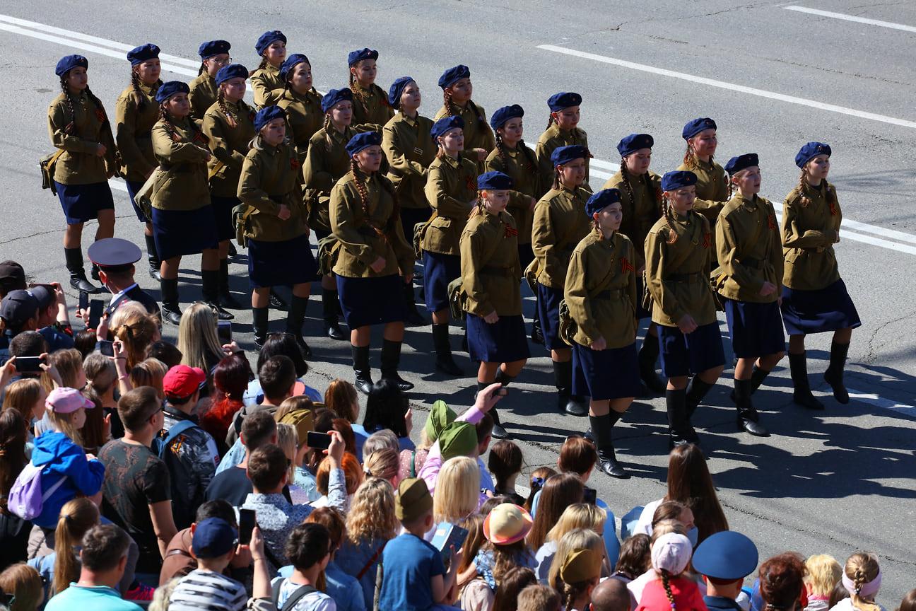 В пеших колоннах прошли сотрудники силовых подразделений, студенты, кадеты, участники патриотических клубов.