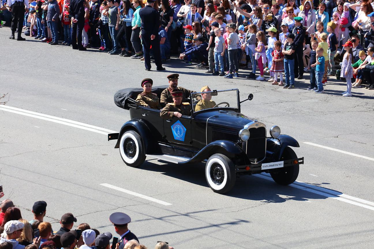 Во время парада были показаны ретро-автомобили.
