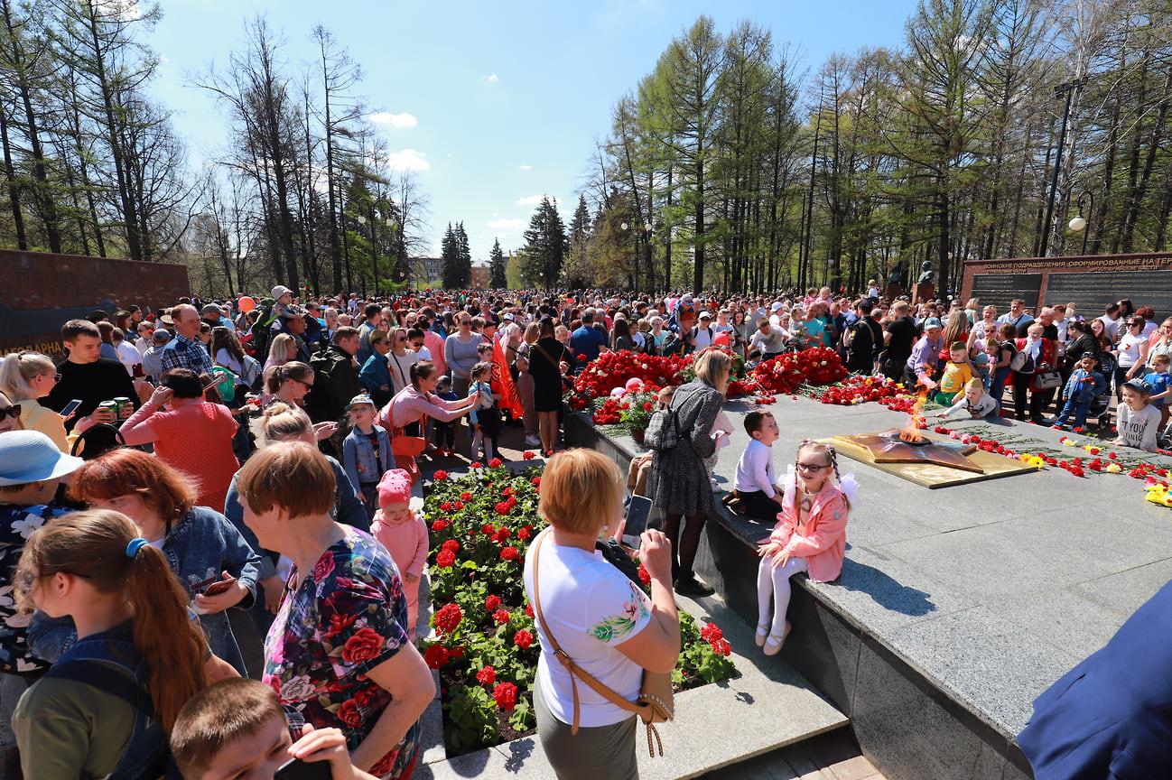 9 мая праздничные мероприятия, посвященные празднованию 76-й годовщины Великой Победы, в Ижевске начались с возложения цветов в сквере Победы к Монументу боевой и трудовой славы, посвященному подвигу трудящихся Удмуртии в годы Великой Отечественной войны 1941–1945 годов.