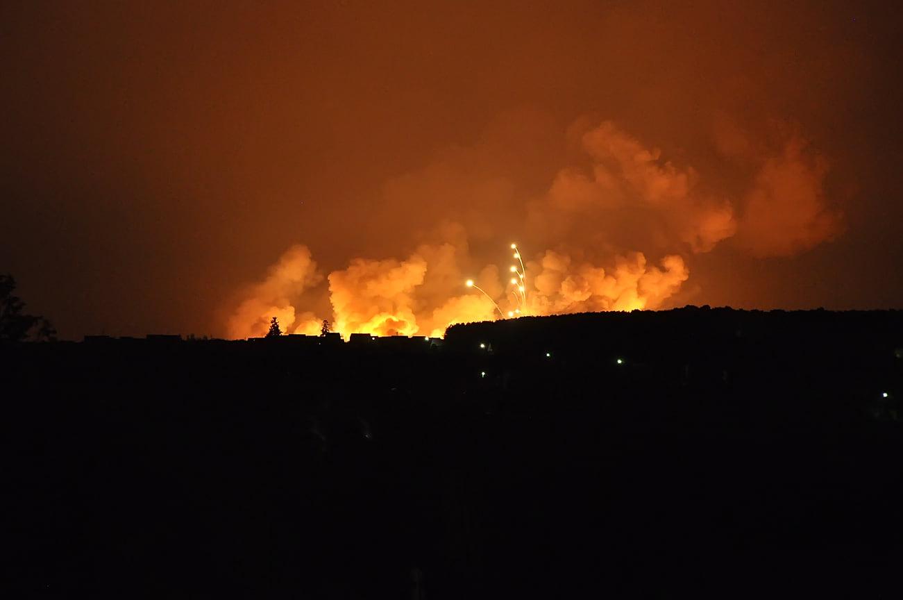10 лет назад, вечером 2 июня на военном арсенале в селе Пугачево, которое находится в 30 км от Ижевска, загорелся склад с боеприпасами. Ночью раздались взрывы. Они выбили стекла из зданий в радиусе 10 км в 12 населенных пунктах, в том числе Малой Пурге и Агрызе в Татарстане.