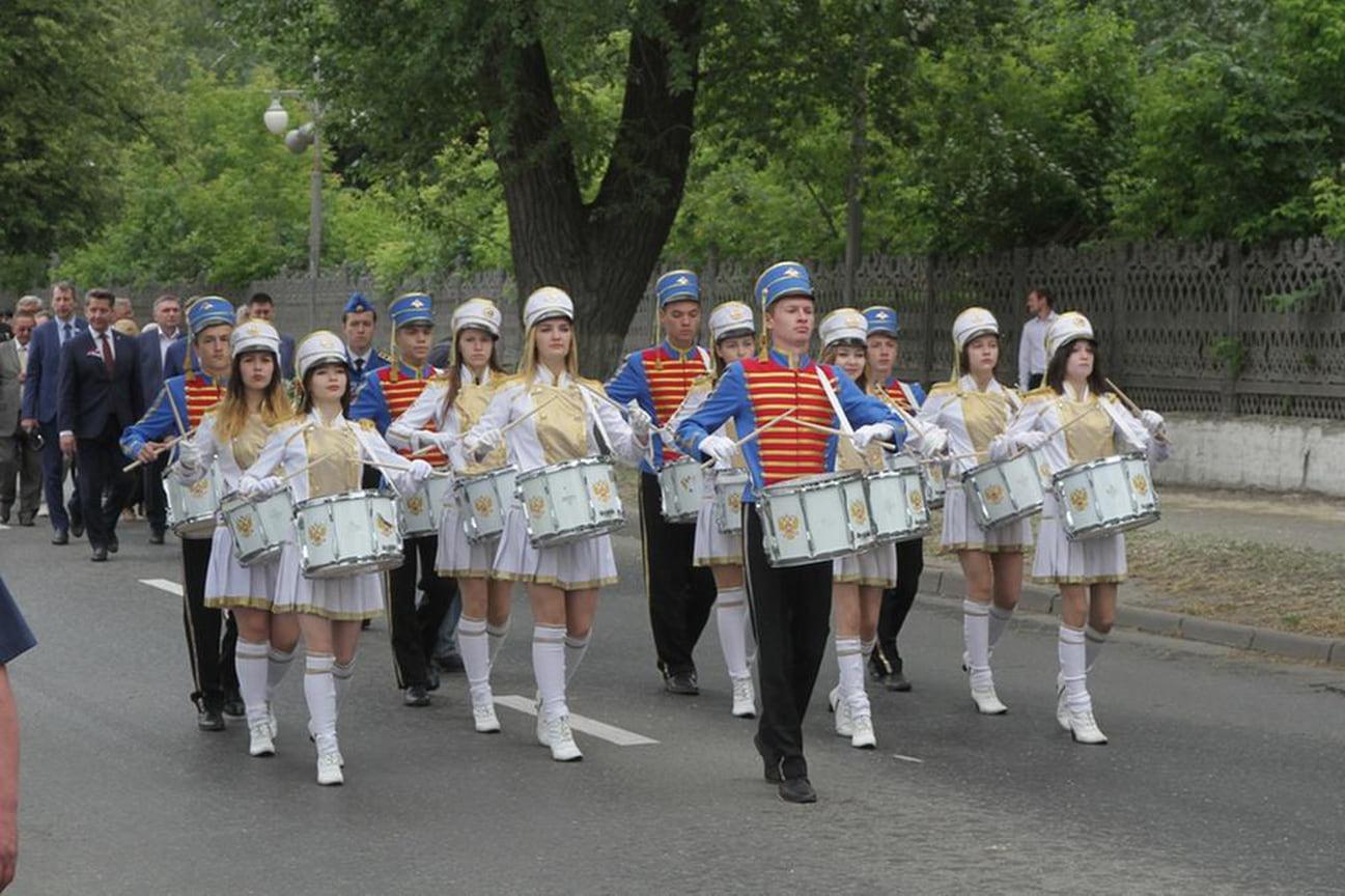 Празднование началось с возложения цветов к памятнику основателя Ижевского оружейного завода Андрея Дерябина.