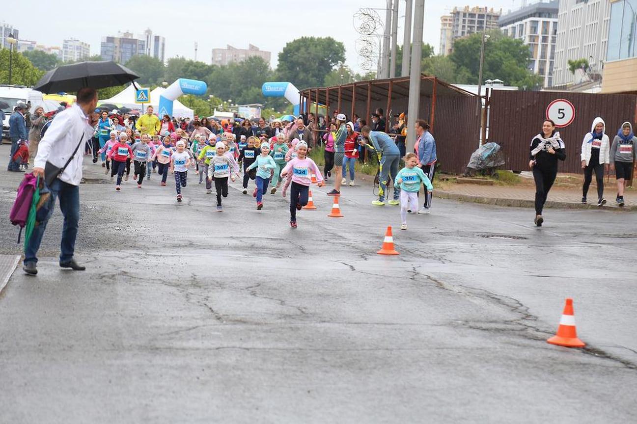 На набережной пруда прошел третий благотворительный забег #БежимсКузей. Соревнования собрали более 450 человек, в том числе 200 детей.