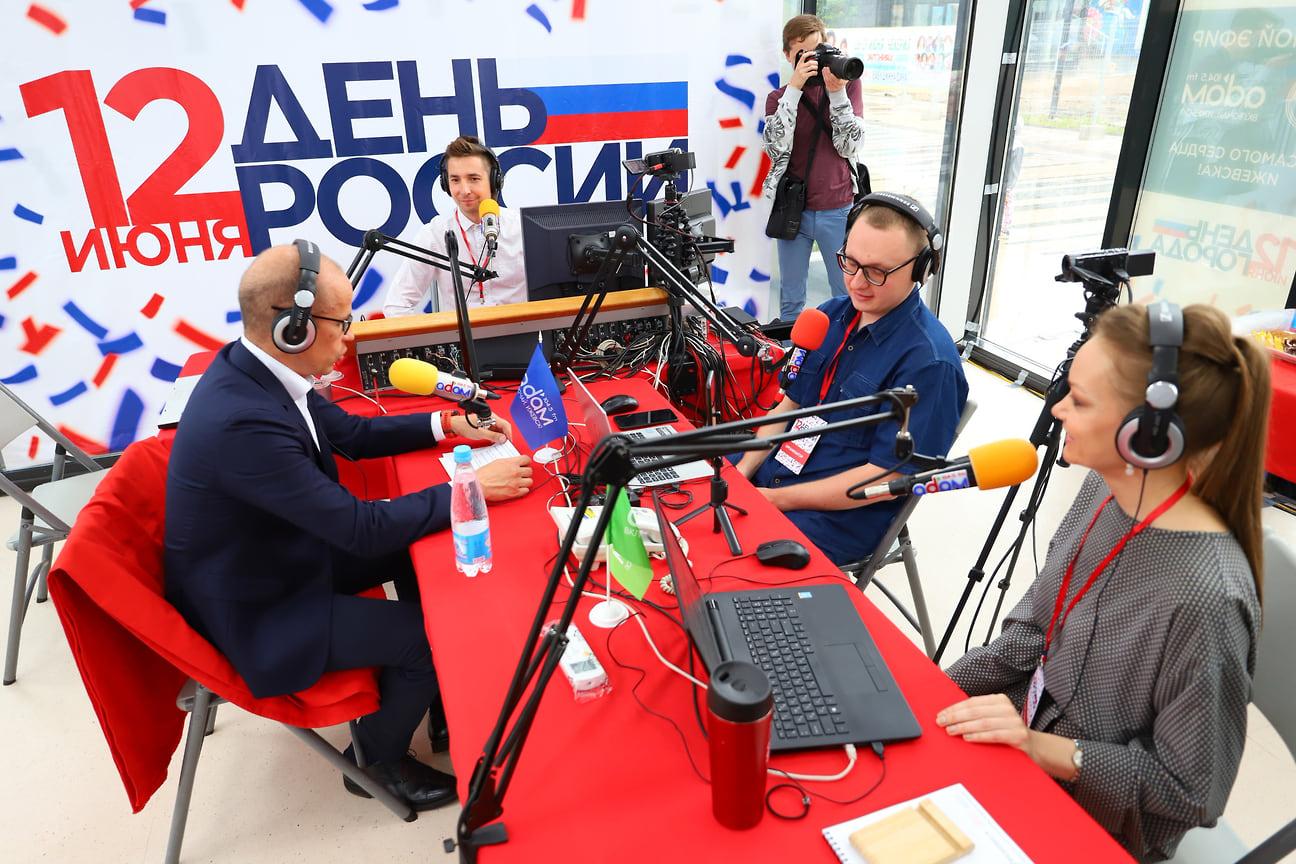На Центральной площади Ижевска работала открытая студия радиостанции «Адам». Эфир посетили известные горожане и члены правительства, в том числе глава Удмуртии Александр Бречалов.