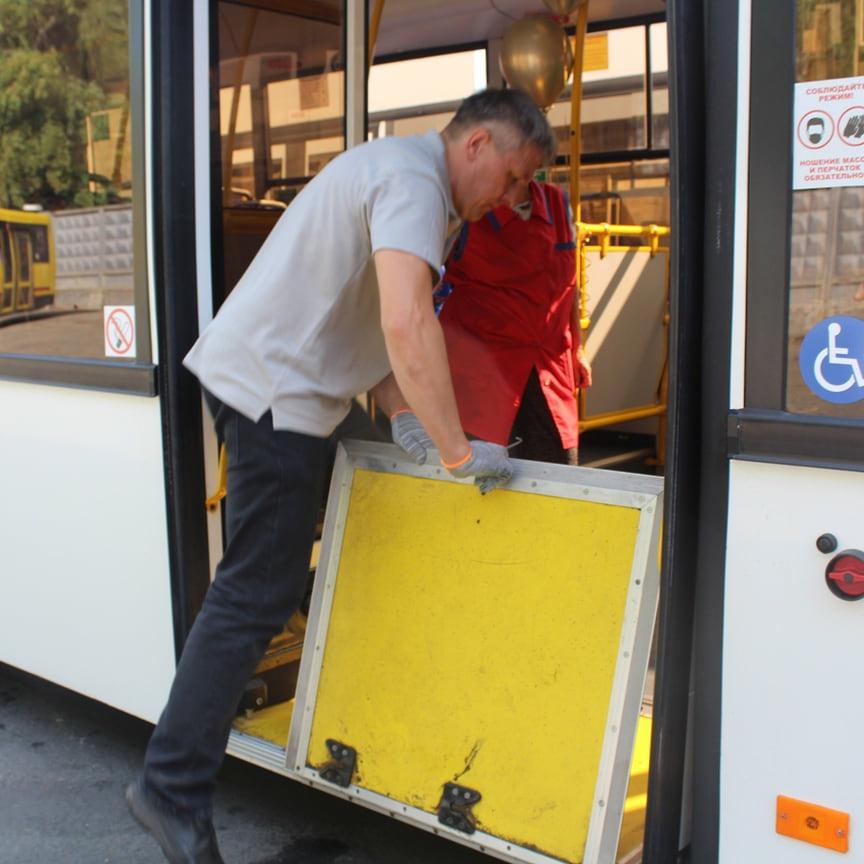 В автобусах есть пандус для посадки маломобильных граждан, внутри салона и напротив центральной двери располагаются места для инвалидов-колясочников. За счет расположения двигателя в задней части уровень пола понижен в переднем и среднем секторах, что делает их удобными для посадки.
