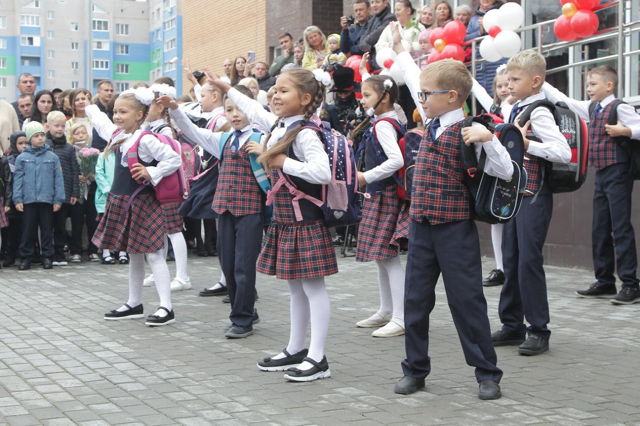 В этом году на торжественные школьные линейки в Удмуртии отправились 190 878 учеников. Впервые за парты сели 21 878 первоклассников.